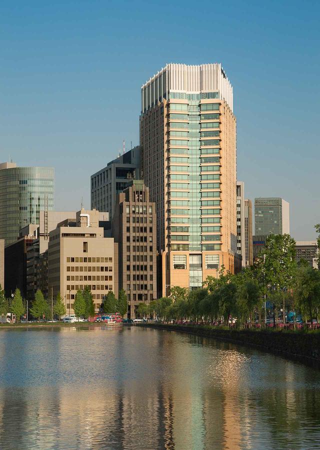 画像: 外苑の御濠を通して見るホテル全景。東京の中心地の美しい環境に建つ