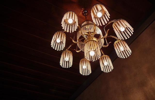 画像: 「ザ クラシック」1階のレストラン前にあるシャンデリア。当時から変わらない、エレガントな気品が漂う