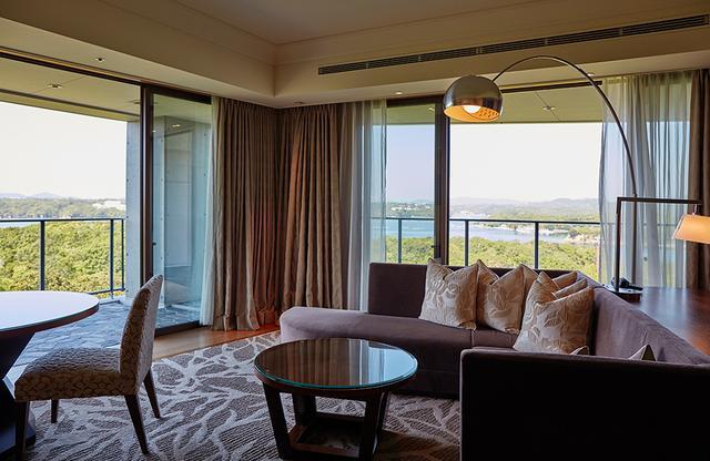 画像: ソファとテーブルのあるリビングルームでは、窓の外の景色を眺めながらくつろげる