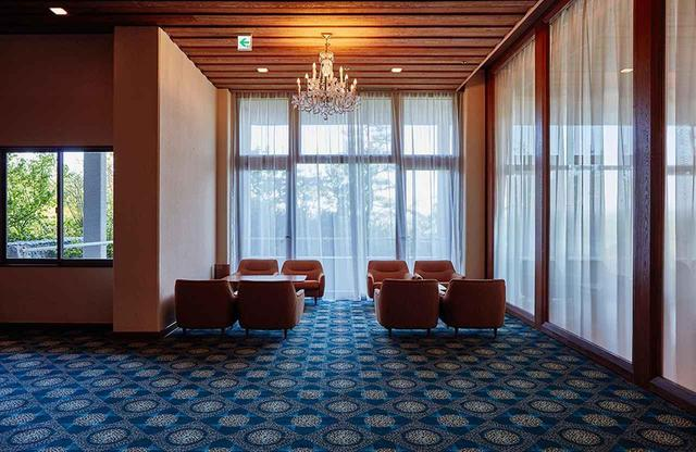 画像: 「ザ クラシック」の1階ロビー。クラシカルな雰囲気が漂い、静謐な時間を過ごすことができる。また、志摩観光ホテルの歴史を紹介する館内の見学ツアーが毎日開催 ※ 宿泊ゲスト対象、参加無料
