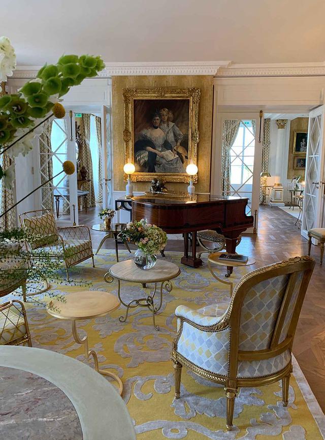 画像: シャトー・ド・サラン1階のグランド・サロンのひとつ。室内には、ガヴォーの愛らしいピアノなど、モエ・ファミリーが愛用してきた調度がそのまま残されている PHOTOGRAPH BY JUNKO ASAKA
