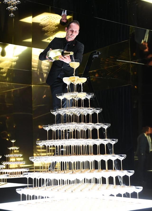 画像: 宴の仕上げには、見上げるような高さのシャンパンタワーが披露された。これぞ祝祭のシンボル! PHOTOGRAPHS: COURTESY OF MOËT&CHANDON