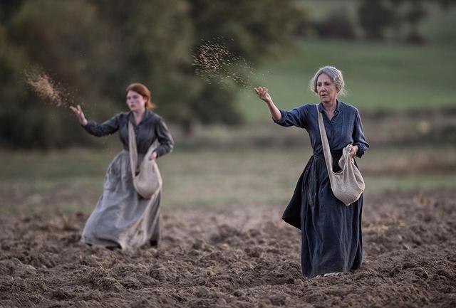 画像: フランスが誇る女性名カメラマンが捉える美しい光の中、牛や馬を使っての過酷な農作業の日々を耐え、明日への種を蒔く女たちの姿が映し出される