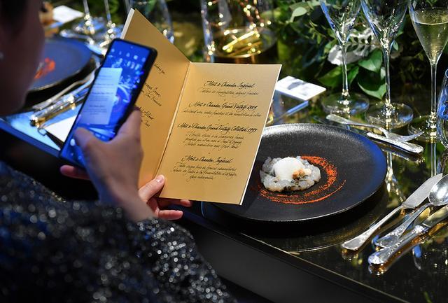 画像: 2018年、アメリカの女性シェフとしては初めてミシュランの三ツ星を獲得したドミニク・クレンシェフ。彼女が担当した最初の前菜は、生ワカメを添えたフレッシュな手長エビのタルタル