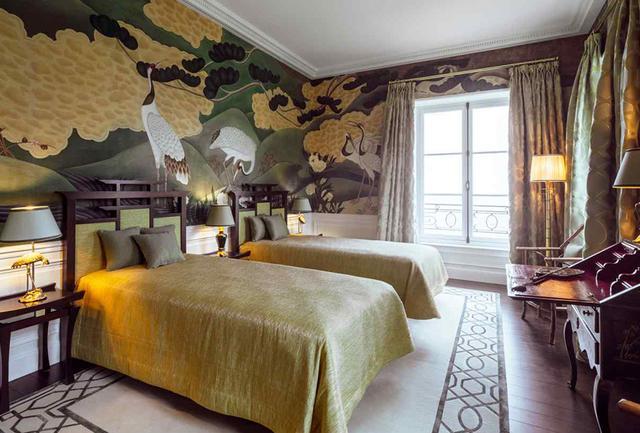 画像: 11室ある客用寝室のひとつ「Japon」。壁一面に、日本の象徴である鶴と松がダイナミックにデザインされている PHOTOGRAPH BY JUNKO ASAKA