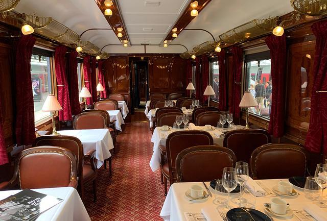 画像: アールデコの寄木造りやルネ・ラリックのガラスパネルなど、列車そのものがアートと評されるオリエント・エクスプレス。車内はまるで映画のワンシーンのよう PHOTOGRAPH BY JUNKO ASAKA