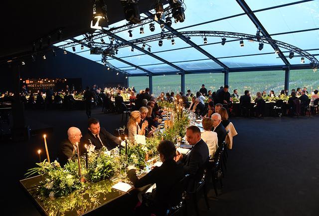 画像: 会場内部に入ると、透明な壁を通して周囲の畑が見渡せる。徐々に暮れてゆくブドウ畑と空の美しい色が、ディナーを一段と盛り上げた