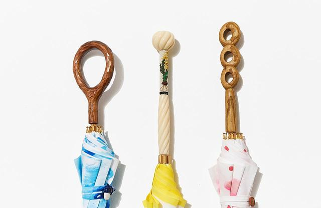 画像: 持ち手部分もユニーク。木を手彫りしたもの、ビーズ織りを用いたものなど。折りたたみ傘の持ち手は、付け換えることも可能