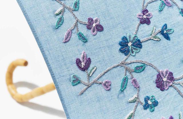 画像: 爽やかな水色の生地に可憐な花が咲くデザインは、どんな装いにも合わせやすく、三世代でシェアして使っても
