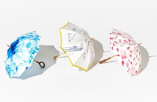 画像: 鮮やかな色彩が目を引く傘。 (左より)「Ecorn」<コットン100%、全長75cm>¥36,000、「黄色い春」<コットン100%、全長約86㎝>¥52,000、「また会いましょうね」<コットン100%、全長約80.5㎝>¥47,000 ※すべて1点物の日傘のため、すでに売り切れている場合があります