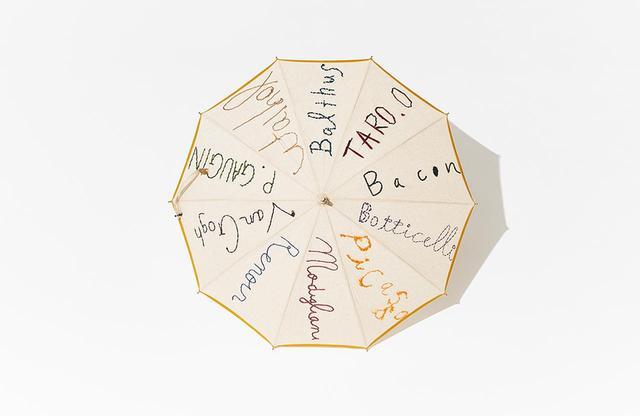 画像: 「DOOR」<フラックス100%、全長約75㎝>¥74,000 ピカソ、岡本太郎、ルノワール、バルテュスなど、10人の天才アーティストたちの名前を刺繍した楽しい傘。生地はフラックス100%。持ち手は桜の木。※一点物のため、すでに売り切れている場合があります
