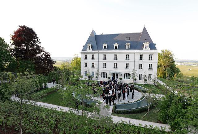 画像: この日集まったゲストに美しくよみがえった姿を披露された「シャトー・ド・サラン」。快晴の空の下、前庭でのカクテルタイムにシャンパンがふるまわれた