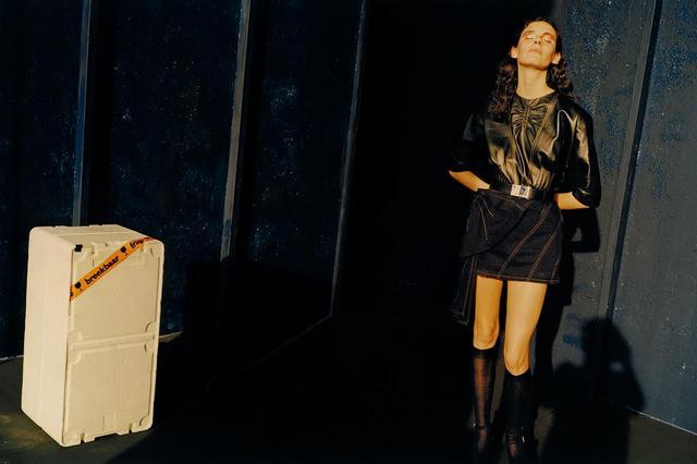 画像: トップス¥323,000、スカート¥134,000、ベルト¥66,000、ソックス¥20,000(すべて予定価格)、靴(参考商品) ミュウミュウ クライアントサービス (ミュウミュウ) フリーダイヤル:0120-451-993