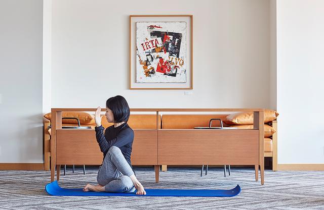 画像: 「ザ クラシック」内のフィットネスジムで週3回 、AM7:00〜8:30に行っている宿泊ゲスト専用の「リラクゼーションヨガ」。1日が元気に過ごせそう ※ 事前予約制、参加無料