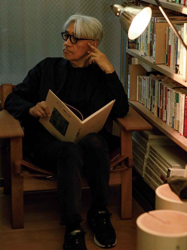 画像: 書架の間には座り心地のよい椅子やソファが置かれている。 手前の丸太のスツールは坂本さんが代表を務める more treesにより岐阜県のヒノキを職人の手仕事で 仕上げたものだ。 腰かけて本を読むもよし、マグカップなどを置くもよし