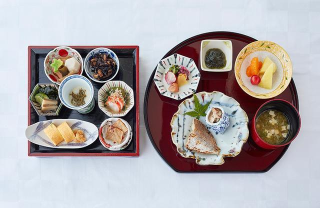 画像: 「神饌」をイメージした和食の朝食。左の膳の「さめたれ」(右下)は、この地域特有のサメの干物を炙ったもので、噛むほどに旨味が深まる味わい