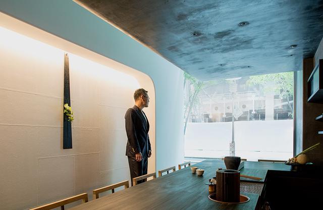 画像: 緒方慎一郎(SHINICHIRO OGATA) SIMPLICITY代表。亭主として和食店「HIGASHI-YAMA Tokyo」をはじめ、「八雲茶寮」「HIGASHIYA GINZA」、「HIGASHIYA man」をオープン。店舗の設計から照明、什器のデザインを手がける。同時にこうした飲食店で使用するための器を日本各地の工芸作家とともに作るプロダクトブランド「Sゝゝ[エス]」を立ち上げている