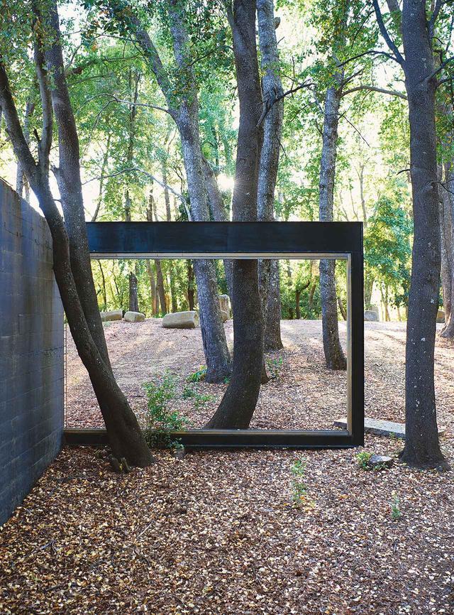 画像: ビルチェスにある深い森林の中に建つ、ラディック作の斬新な黒い建造物。