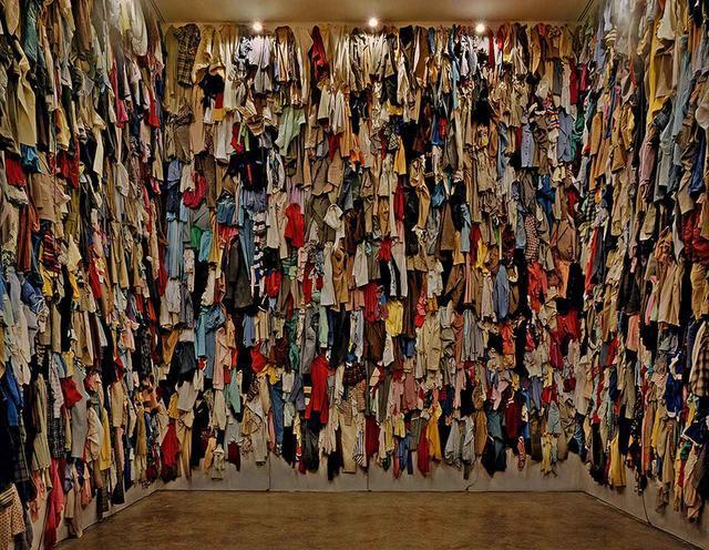 画像: 《保存室(カナダ)》 1988年 衣類  作家蔵 © CHRISTIAN BOLTANSKI / ADAGP, PARIS, 2019, © YDESSA HENDELES ART FOUNDATION, TORONTO, PHOTO BY ROBERT KEZIERE