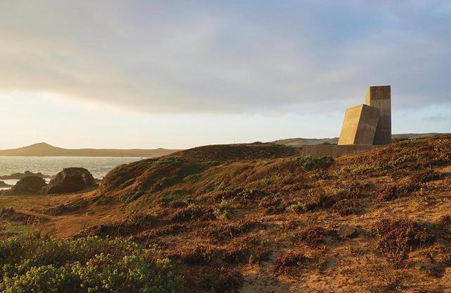 画像: ロスビロスの近くに、プリツカー賞受賞者のアレハンドロ・アラベナが最近完成させたバケーション用の家がある。海岸を見渡す丘の上に3つのコンクリート製の構造体が重なるように建つそのさまは、まるで巨大な石が互いに寄りかかっているように見える
