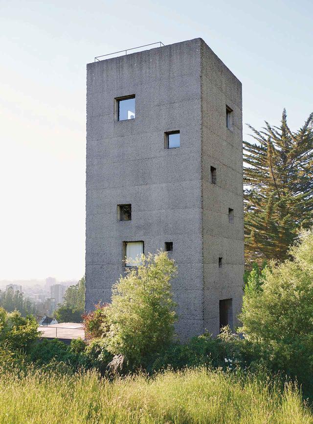画像: ペソ・フォン・エルリッヒスハウゼン事務所設計の「カーサ・シエン」。コンセプシオンの丘に屹立するコンクリート製の塔は、共同経営者である夫婦の自宅兼オフィスである