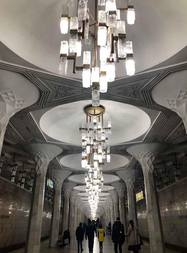 画像: ムスタキリク・マイダニ駅構内。宮殿の中かと思うほど、豪華な内装