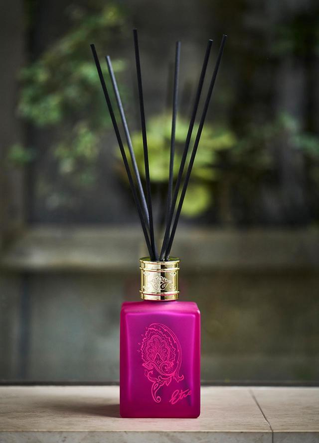 画像: エトロ ルームディフューザー セット アフロディテ <500ml> 、リード40cm×6本 ¥22,000(6月28日(金)発売) この夏、新たにルームディフューザー4種を発売。ペイズリー柄が施された美しい色使いのボトルから、ギリシャ神話の女性の名を冠した香りが広がる。写真の「アフロディテ」は優美なジャスミンの香り