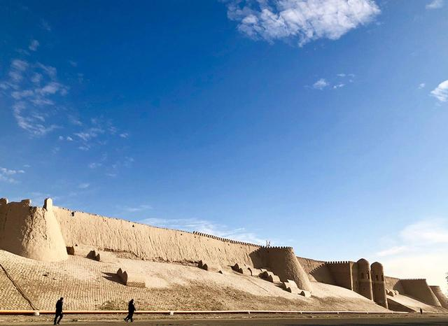 画像: イチャン・カラの城壁。土壁の城壁が2.2kmも続く光景は迫力に満ちている
