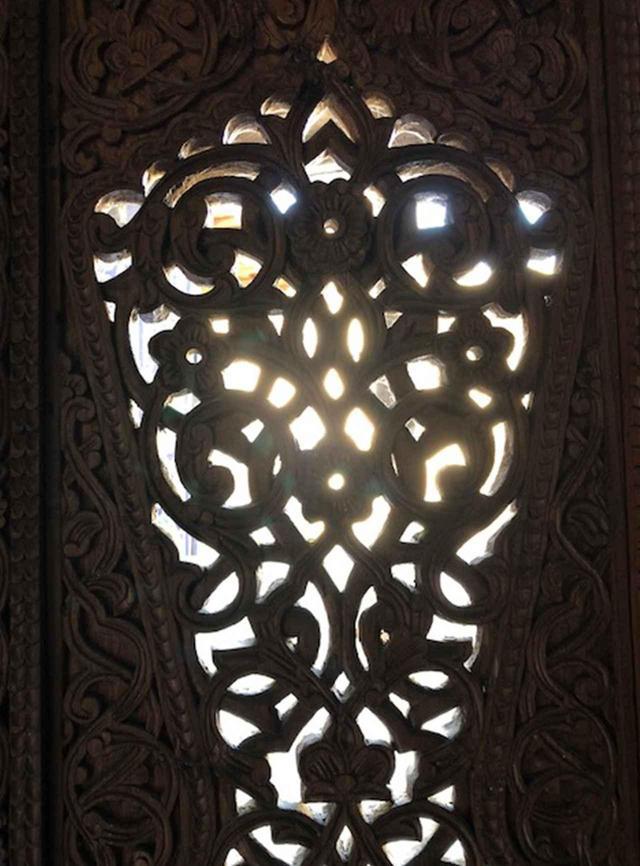 画像: 「フクナ・アリク」の中にある木製の窓。みごとな彫刻が施され、美しい明かり取りとなっている