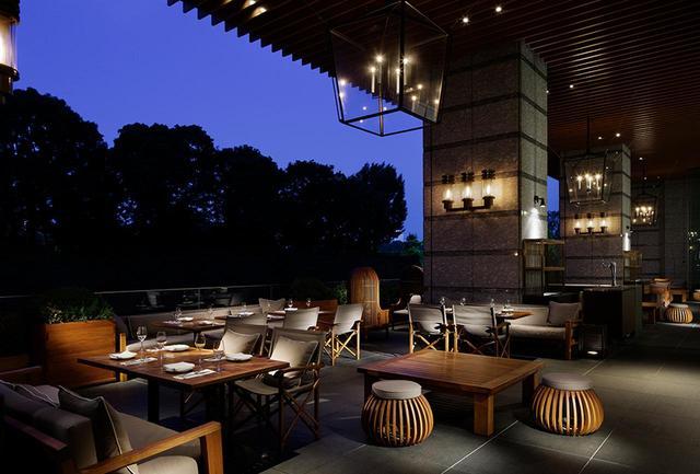 画像: オールデイダイニング「グランド キッチン」のテラス席。薄暮から宵闇へと、刻々と色を変える空を眺め、心地いい風に吹かれる特等席だ