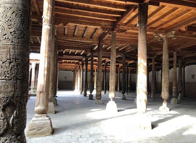 画像: ジェマ・モスクの内部。立ち並ぶ木柱を1本1本興味深く眺める