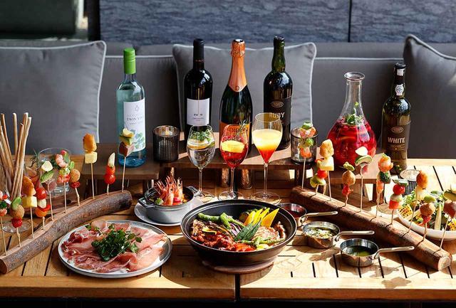 """画像: 2019年のサマーテラスプランで提供される""""ラテンの夏""""をテーマにした料理&ドリンク。ポルトガルの微発泡ワイン、ヴィーニョ・ヴェルデとパルマ産プロシュートは文句なしのペアリング PHOTOGRAPHS: COURTESY OF PALACE HOTEL TOKYO"""