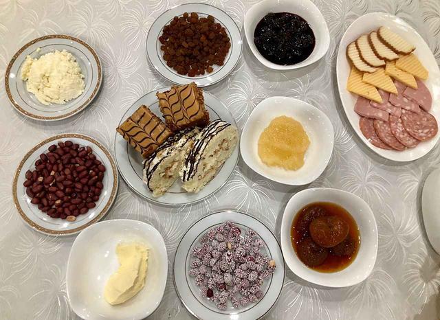 画像: ホテルの朝ごはんに出てくるジャムやナッツ、ケーキ類。朝から甘いケーキまで出てくるとは。甘党が多いのか?