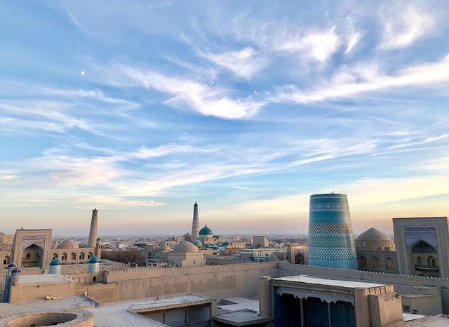 画像: 宮殿の上から眺めたヒヴァの街。広い空を雲が美しく流れていく