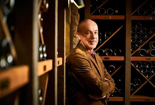 """画像: 最高醸造責任者のエリック・ルベル氏。 シャンパーニュ地方で生まれ、ブドウ畑に囲まれて育つ。「化学的な研究のあるジャンルに進みたい」と、ランス大学でワインの醸造学を学ぶ。10年にわたり、有名メゾンで活躍したのち「クリュッグ」へ。""""167th エディション""""は彼にとって21番目のエディションだという"""