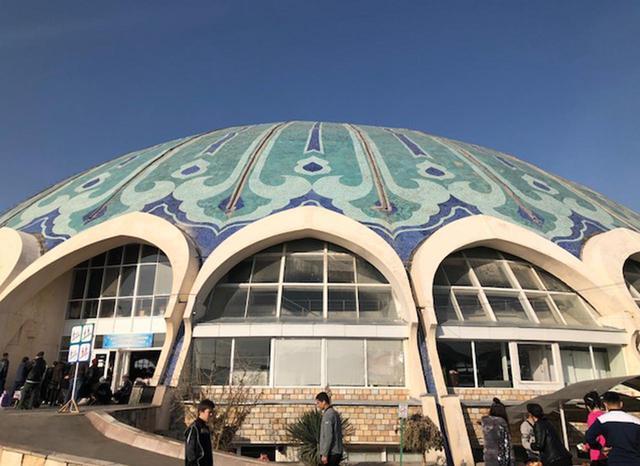 画像: 「チョルスー・バザール」のシンボルである巨大なドーム。この内側ににぎやかな市場がある
