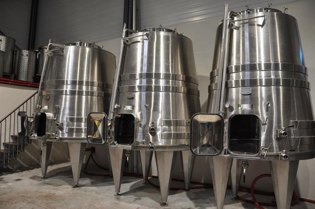 画像: 発酵には最先端の逆円錐型発酵槽を使用。液面が広く、対流もゆったりしているので、果実のうまみがゆっくり抽出されるという COURTESY OF LAURENT PONSOT