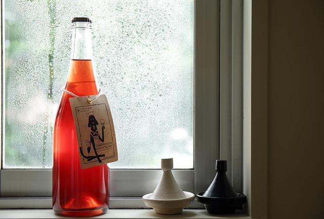 画像: 都農ワインから今年新しくリリースされたペティアン(弱発泡性ワイン)。ワイナリーを代表するブドウ品種、キャンベルアーリー種由来の、イチゴやキャンディのような香り、酵母の香ばしい香りを持つ。フレッシュ感のある味わい、軽快な酸味とうまみで幅広い料理と好相性 キャンブルスコ・ロゼ ペティアン <750ml>¥2,300 https://tsunowine.com ※このワインは いまでやオンライン でも購入できます