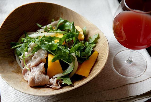 画像: キュートなロゼワインの色が、食卓を華やかに彩る。豚しゃぶ肉をゆでる湯は、ぐつぐつと煮立てないのがおいしさのポイント。「ふっくらした食感になり、甘みもあって、ワンランク上のお肉になりますよ」と平野さん