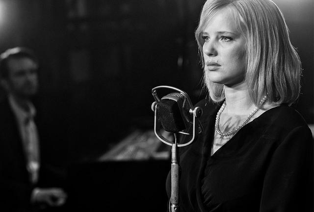 画像: パリのジャズ・クラブで、ヴィクトルのピアノの伴奏に合わせて歌うズーラ。スノッブなパリのソサエティは彼女の性に合わず、やがて再び別れがやってくる