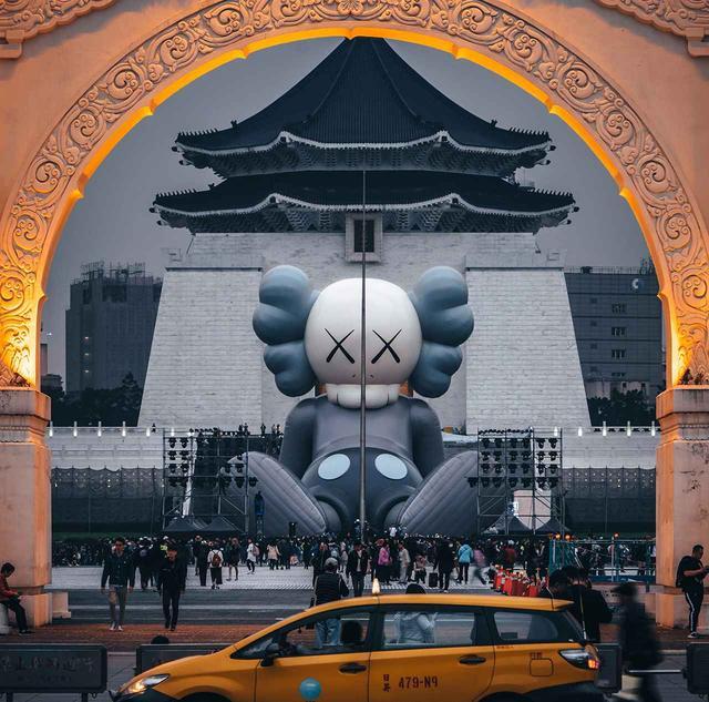 画像: 《KAWS:HOLIDAY in Taipei》の風景。 2019年1月に台北のランドマークである中正紀念堂の前で、足を伸ばし休憩するスタイルで登場