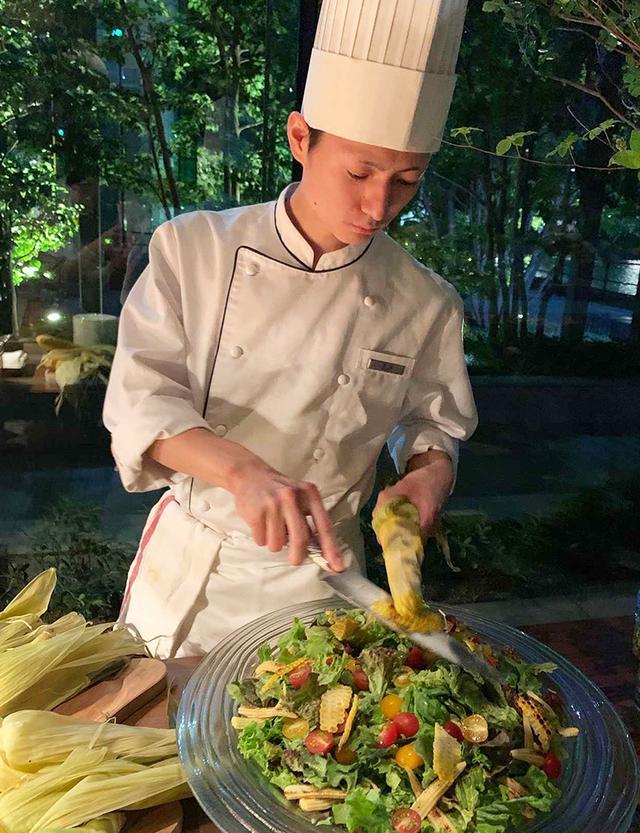 画像: 新鮮な野菜、香ばしい焼きトウモロコシのサラダにはアンチョビドレッシングを添えて PHOTOGRAPH BY JUNKO ASAKA