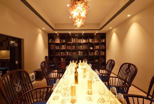 画像: VIPルームの天井の中央には、マンズワインの歴史を物語る、奥信濃古来の善光寺ぶどう(龍眼)をイメージしたシャンデリアが下がる