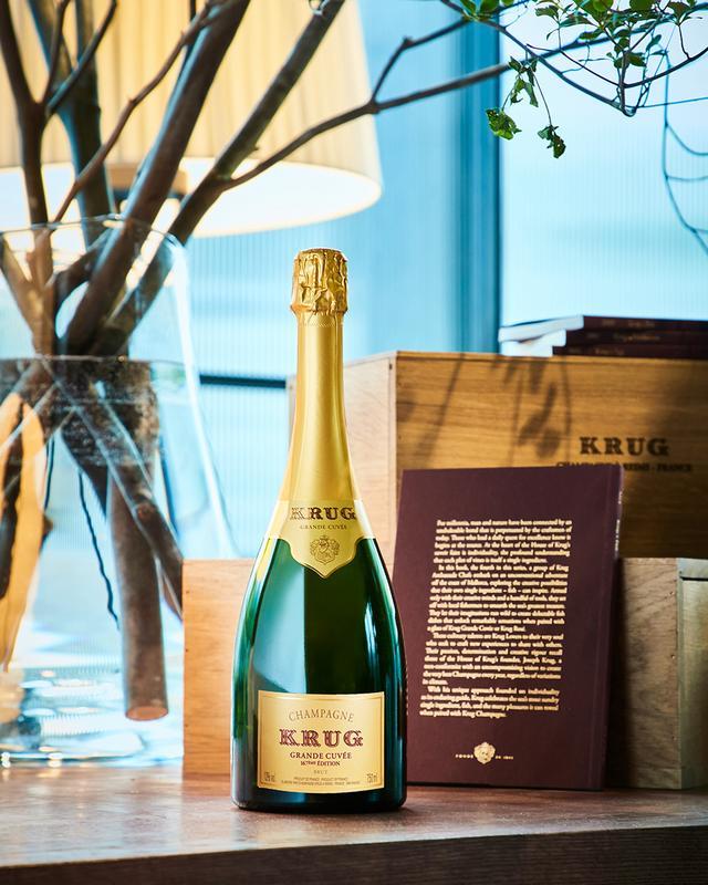 """画像: クリュッグ グランド・キュヴェ 167th エディション <750ml>¥29,000 ピノ・ノワール47%、シャルドネ36%、ムニエ17%。2011年ヴィンテージを中心に、13年間の異なる191種のキュヴェをブレンド。一番古いワインで1995年ヴィンテージのものを使用している。「クリュッグ」のつくりは""""ノン・ヴィンテージ""""だが、使用するキュヴェの多さと卓越したブレンド技術から""""マルチ・ヴィンテージ""""と称している COURTESY OF KRUG"""