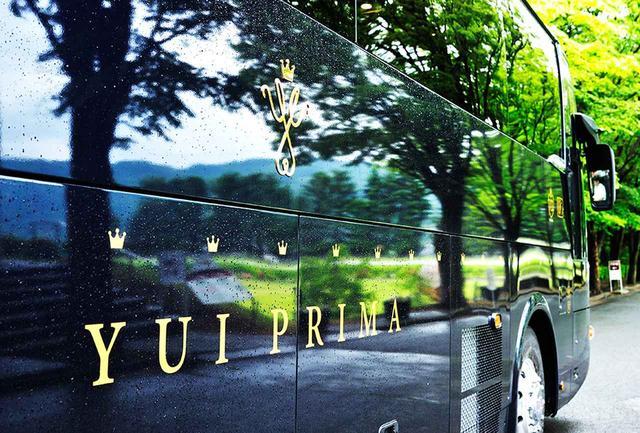画像: 旅学人専用バス「YUI PRIMA(ゆいプリマ)」。シンプルで上品、エレガンスを感じさせる濃紺カラーの車体