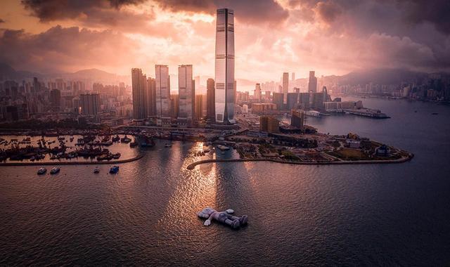 画像: 《KAWS: HOLIDAY in Hong Kong》では、国際的なアートフェア「アートバーゼル 香港 2019」の開催に合わせて、ビクトリアハーバーに姿を現した