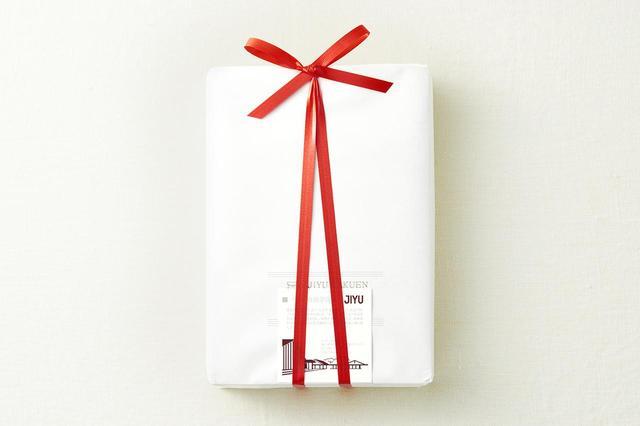 画像: 真っ白い紙にリボン、このシンプルさも素敵。慶び事やお祝いにもぴったりのたたずまい