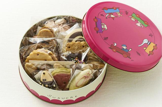 画像: 焼き菓子¥140~、缶<直径18cm>¥500 店頭で選んだ焼き菓子あれこれを、「ぐりとぐら」シリーズなどで知られる絵本作家・山脇百合子さんのイラストの缶に入れて