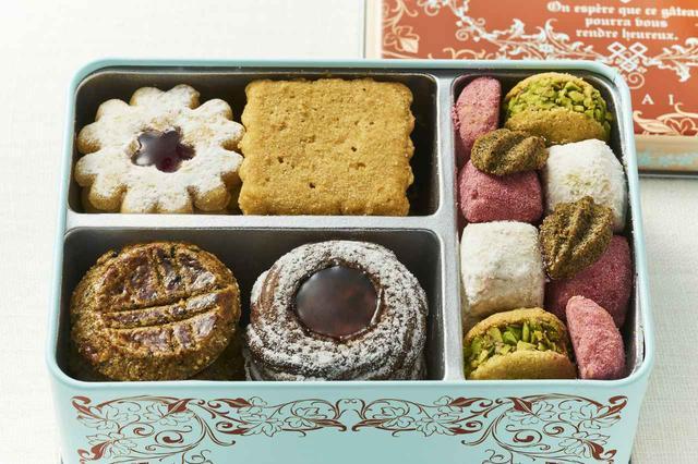 画像: 「フールセック・小缶」¥2,500 <D9.6×W13.6×H5.3cm> (左上から時計回りに) 「花型のウィーン風クッキー・木苺のジャムサンド」、「砂のようにほどけるメープルクッキー」、「ヨーグルト・アーモンドといちご・ホワイトチョコのほろほろクッキー」、「ピスタチオジャンドゥージャのサンド」、「貝殻型の紅茶クッキー・レモンジャム添え」、「パッションジャムをのせたチョコレートクッキー」、「香ばしいゴマのガレット」