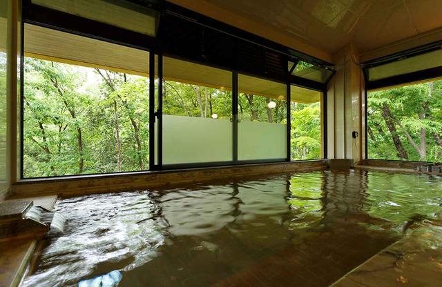 画像: これが噂の天然温泉。湧出地は奥多摩の「青梅石神温泉」大浴場。日帰り入浴も可(¥800)。リラクゼーションスペースにはマッサージチェアが揃う